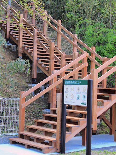 階段みち入口部分をデッキ材(イペ材)でリニューアル
