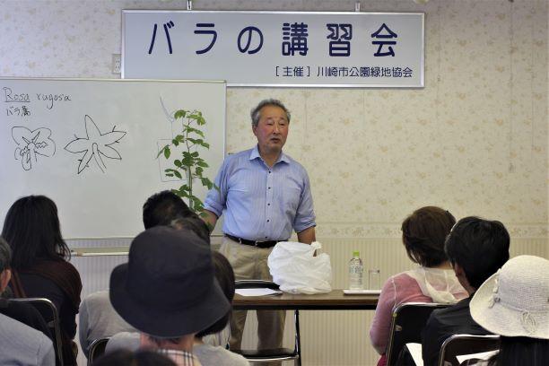 バラに関する講習会の様子。受講者の前で解説する西尾譲司。